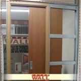onde tem porta de correr em madeira no banheiro Salesópolis