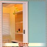 onde tem porta de correr em madeira no quarto Caraguatatuba