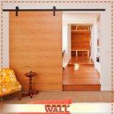 porta de correr em madeira na sala Mairiporã