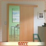 porta de correr em madeira no banheiro Suzano
