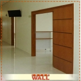porta de madeira para corredor