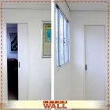 portas de correr em madeira no banheiro Jandira